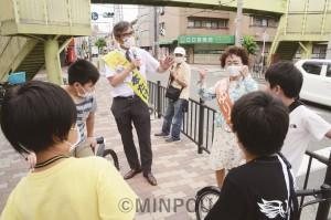 宮本前衆院議員や長岡大阪市議の街頭演説では、子どもたちから「コロナで友だちに会えなくてしんどかった」「学校が始まってうれしい」などの声が寄せられました=6月27日、大阪市東淀川区内