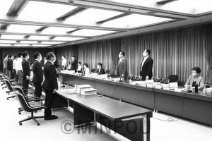「協定書案」を維新、公明、自民府議の賛成多数で強行可決した第35回法定協議会。右端は反対して着席する山中智子大阪市議団長=20年6月19日、大阪市役所内