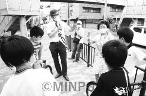 宮本たけし前衆院議員、長岡ゆりこ大阪市議の「少人数学級を」との訴えに小学生も立ち止まって=20年6月27日、大阪市東淀川区内