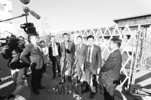森友問題の野党合同ヒアリングで、問題の小学校建設現場を視察する辰巳孝太郎参院議員、宮本たけし衆院議員(肩書は当時)=19年1月17日、豊中市内