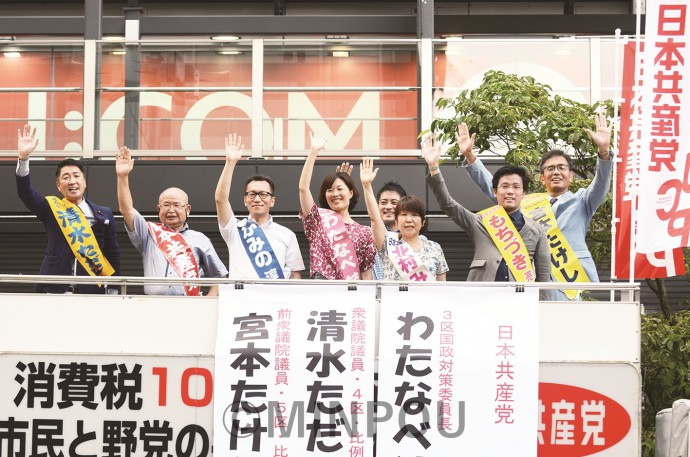 街頭宣伝に臨む(右から)宮本、もちづき、北村、辰巳、わたなべ、かみの、ため、清水の各氏=20日、大阪市北区内