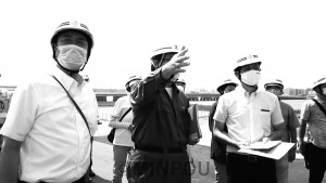 阪神高速淀川左岸線二期事業の工事現場を視察する清水(前列左)、武田両議員(同右)ら=21日、大阪市福島区内