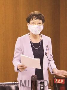 質問する山中議員=8月24日、大阪市議会都市経済委員会