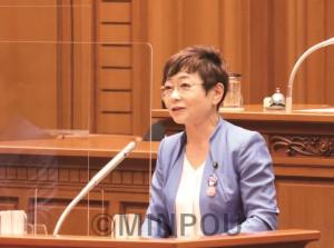 代表質疑に立つ共産・市民の山中幹事長=24日、大阪市議会本会議場