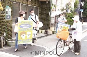 路地裏宣伝で「住民投票よりコロナ対策を」「大阪市をなくすな」と訴える、住みよい堺市をつくる会の人たち=22日、大阪市住之江区内