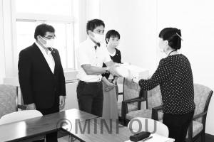3710人分の署名を手渡す(右から)内海、辰巳、石川の各氏=9月29日、府庁内