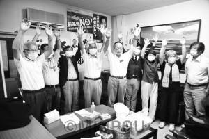 当選した共産党2氏とバンザイする支援者ら=13日、和泉市内