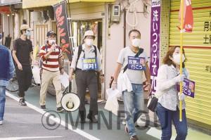堺市から応援に駆け付け宣伝する人たち=11日、大阪市西成区内