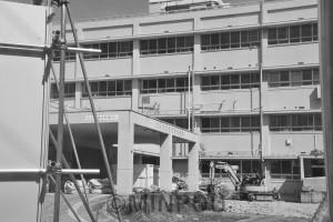 「二重行政の象徴」として廃止された住吉市民病院で進められている解体作業=9月29日、大阪市住之江区内