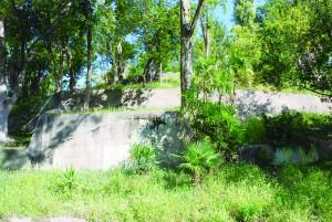 当時の通気口がいまも残る生玉公園の地下壕跡。近くには1996年設置の府・大阪市の銘板が。