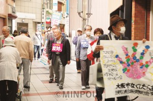 生野区内を練り歩いて「大阪市をなくしたらあかん」と訴える生野区連合振興町会有志ら=18日、大阪市生野区内