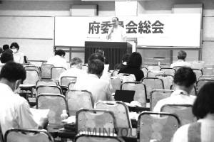 第5回府委員会総会で報告する柳府委員長=5日、大阪市内