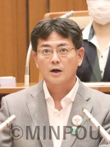 反対討論に立つ井上議員=3日、大阪市議会本会議場