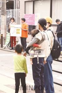 「まちかどトークセッション」で訴える、わたなべ、井上両氏(左奥)。公園内では市民との対話が弾みました=18日、大阪市住吉区内
