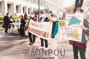 大阪市役所に登庁する市職員に向けて「財政局がんばれ」と宣伝する人たち=17日、大阪市北区内