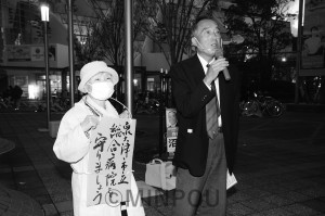 市立病院は公設公営の総合病院として存続・拡充をと訴える、畠田市長候補(右)=20日、泉大津市内
