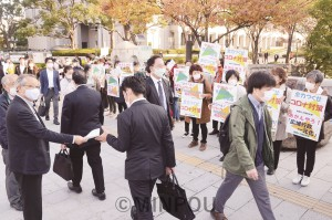 「住民投票の民意を守り、コロナ対策に今こそ大阪市の力を」と訴えたよくする会と市対連の緊急宣伝=17日、大阪市北区内
