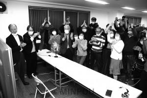 住民投票で「反対多数確実」の報を受け、喜び合う大阪・市民交流会のメンバーら。左から会共同代表の平松邦夫、中野雅司両氏=1日、大阪市中央区内