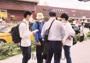 街頭で青年と対話する民青同盟員=10月11日、大阪市阿倍野区内(画像を一部加工しています)