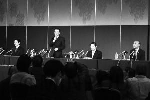 会見する(左から)吉村知事、松井市長、佐藤代表ら=1日、大阪市北区内