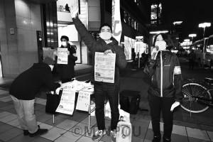 「PCR検査の抜本拡充を」と訴える(右から)西田、辰巳の各氏=11月26日、大阪市都島区内
