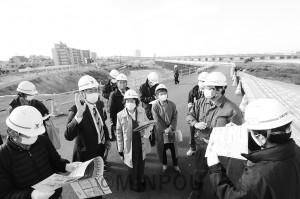 高速道路「淀川左岸線」2期区間の工事現場を視察する(左から3人目より)清水、辰巳、長岡、山中の各氏=11月30日、大阪市福島区内