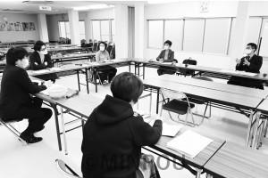 大商連と懇談する辰巳、山中、西田の各氏=1日、大阪市中央区内